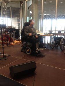 Constantin Grosch auf der Bühne moderierend